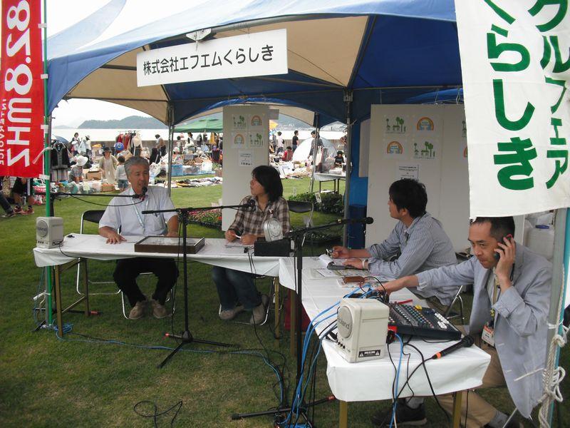 ラジオに生出演して協会の活動をPRする藤本会長